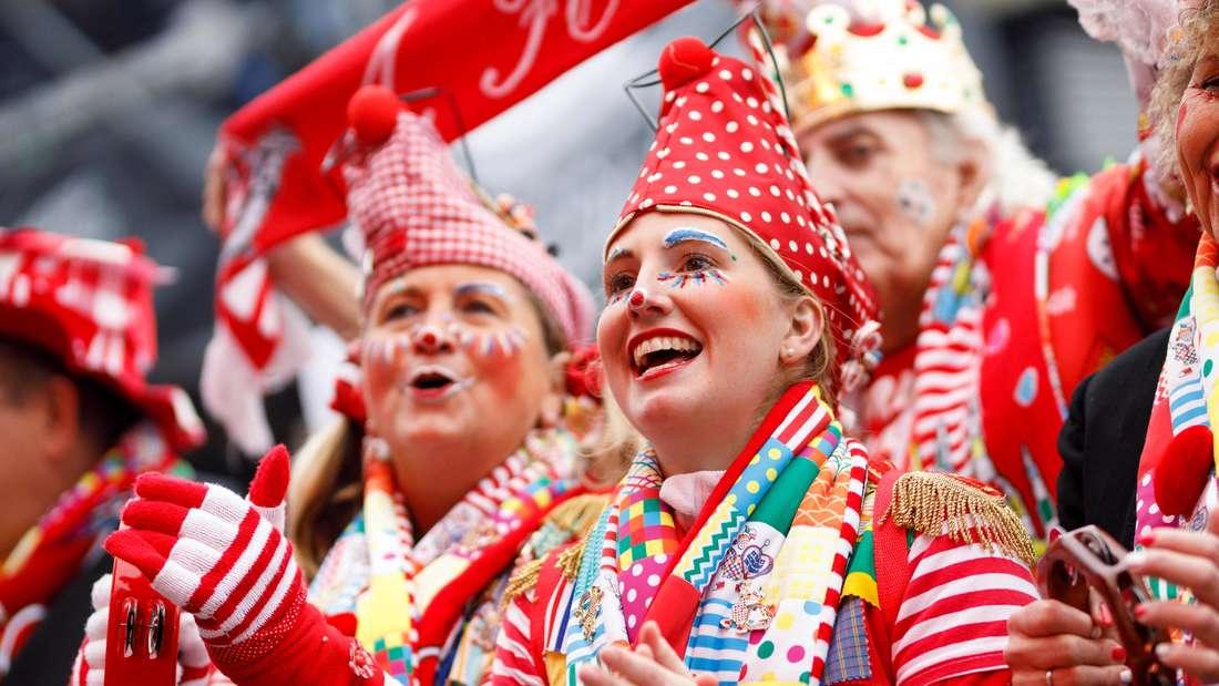 Jecken beim Auftakt des Kölner Karnevals auf dem Heumarkt.