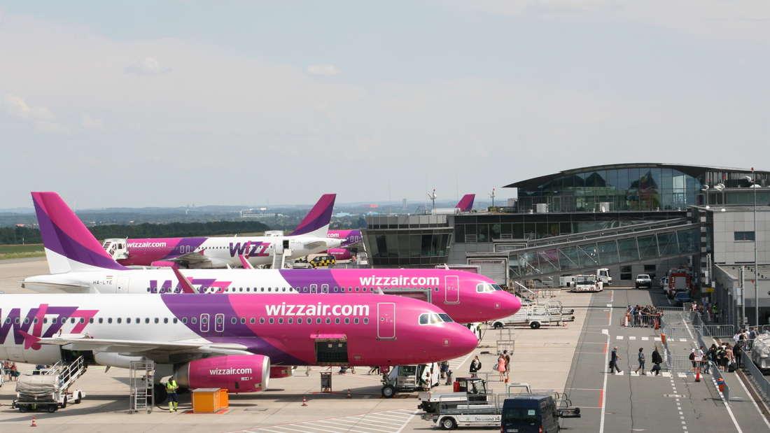 Vorfeld Flughafen Dortmund mit Airbus Flugzeugen von Wizzair