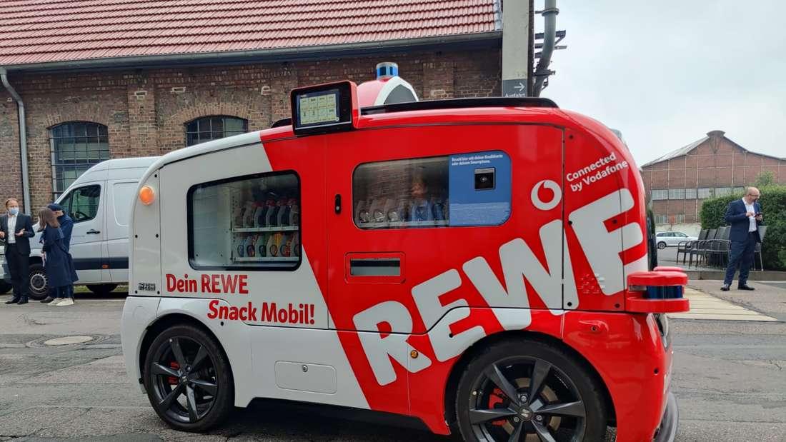 Der fahrende Kiosk von Rewe steht auf einer Straße.