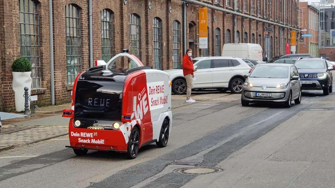"""Das """"Snack Mobil"""" von Rewe und Vodafone bei der ersten öffentlichen Testfahrt auf dem Carlswerk-Gelände in Köln-Mülheim."""