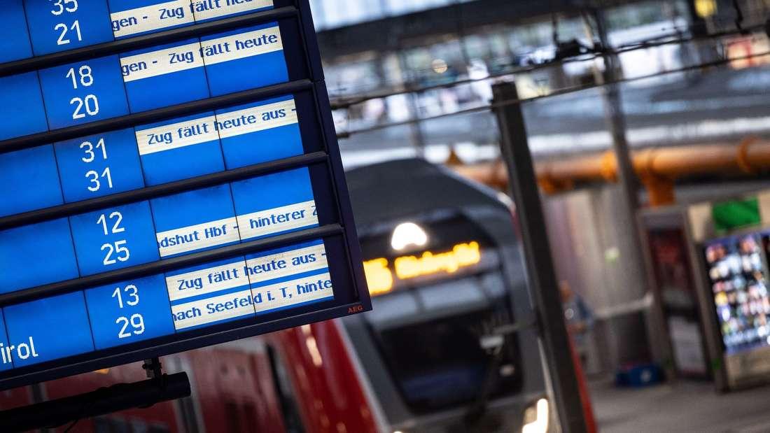 Anzeigetafel mit Zugausfällen und Verspätungen.