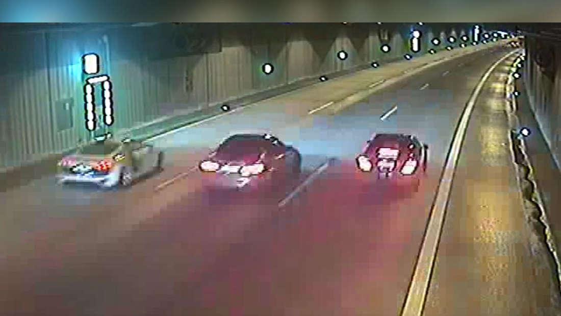 Zwei Sportwagen und ein BMW liefern sich im Uni-Tunnel in Düsseldorf ein illegales Autorennen.
