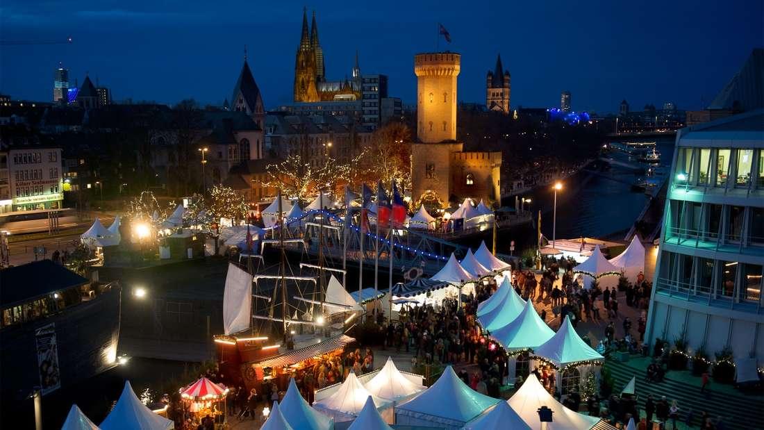 Der Hafen-Weihnachtsmarkt in Köln von oben.
