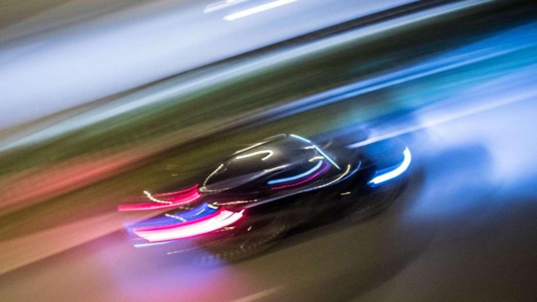 Fahrendes Auto auf Autobahn bei Nacht (Symbolbild)
