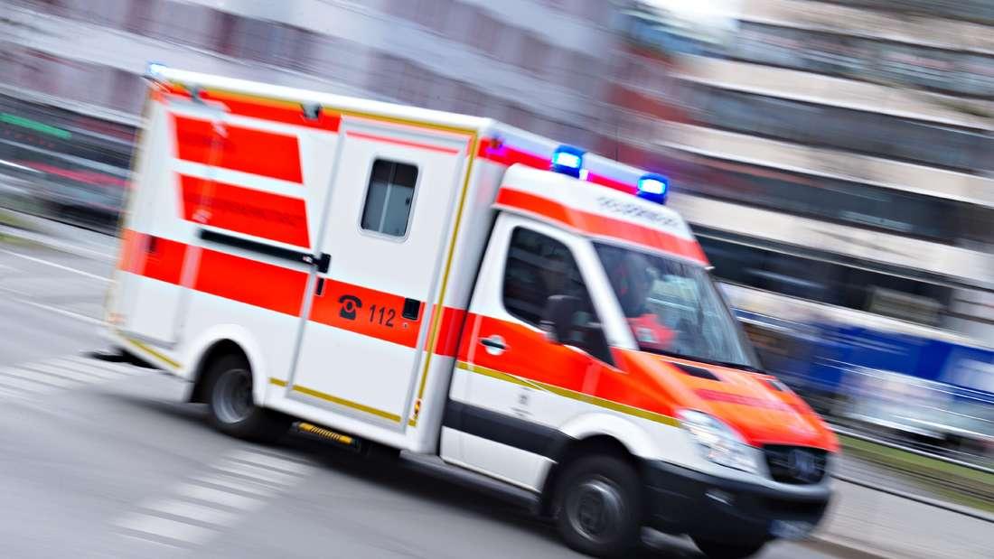 Ein Rettungswagen fährt aufgrund eines Einsatzes eine Straße entlang.