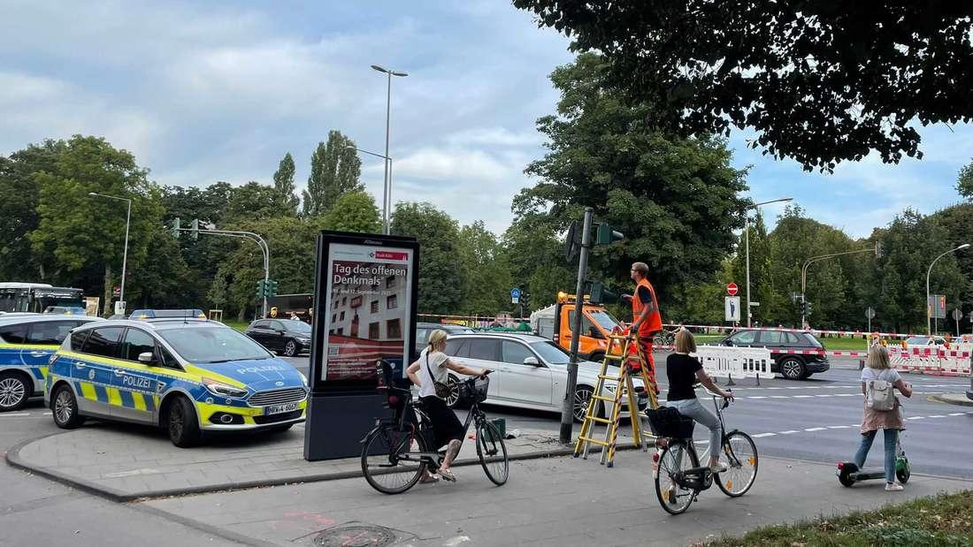 Mitarbeiter des Bauamts an der Unfallstelle Innere Kanalstraße/Vogelsanger Straße in Ehrenfeld.