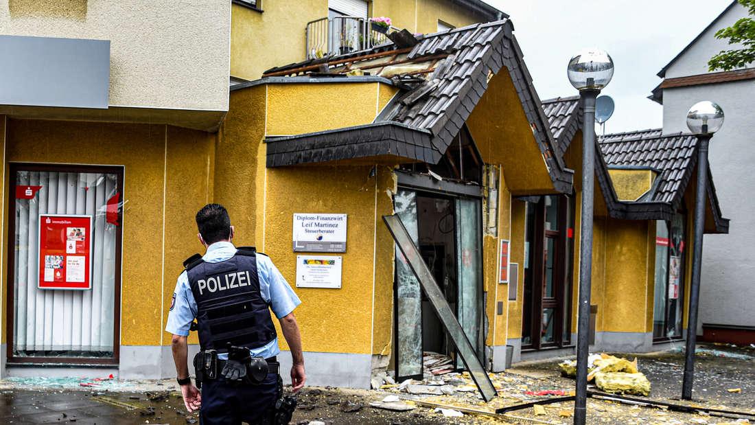 Ein Polizist sichert nach einer Geldautomatensprengung den Tatort.