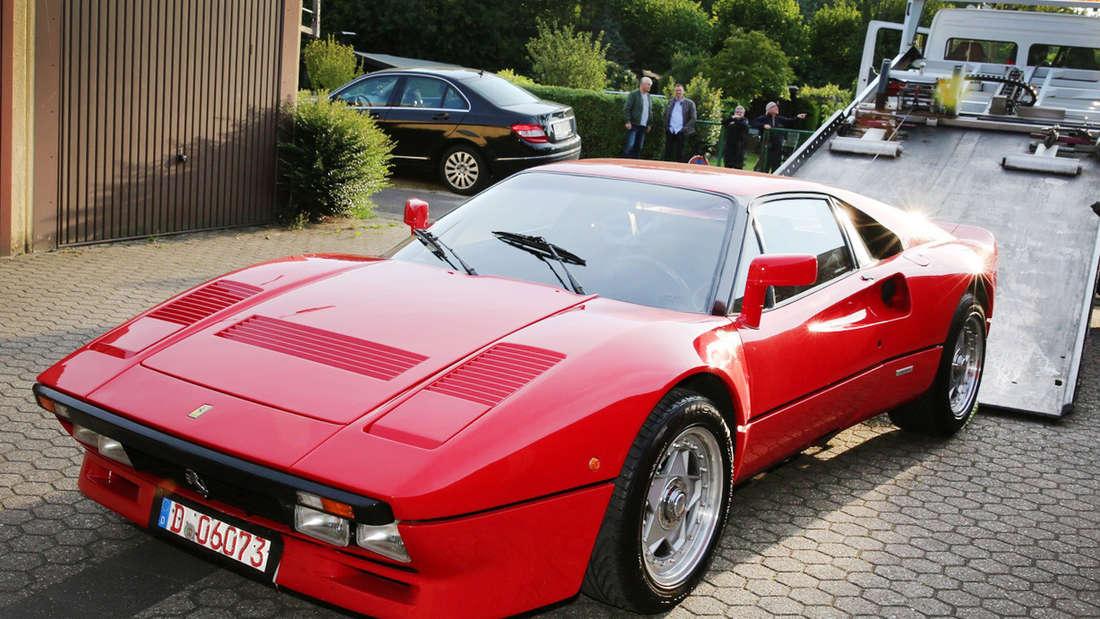 Ein Ferrari 288 GTO wird auf einen Abschleppwagen gezogen.