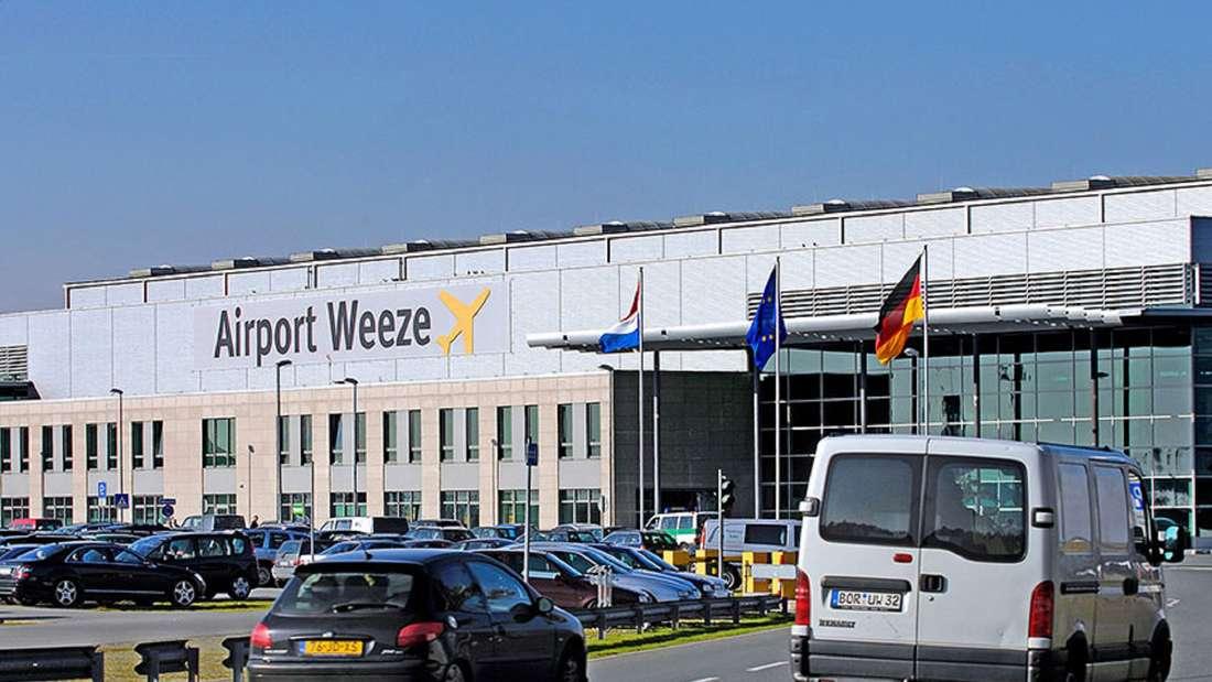 Autos fahren vor dem Flughafen Weeze entlang.