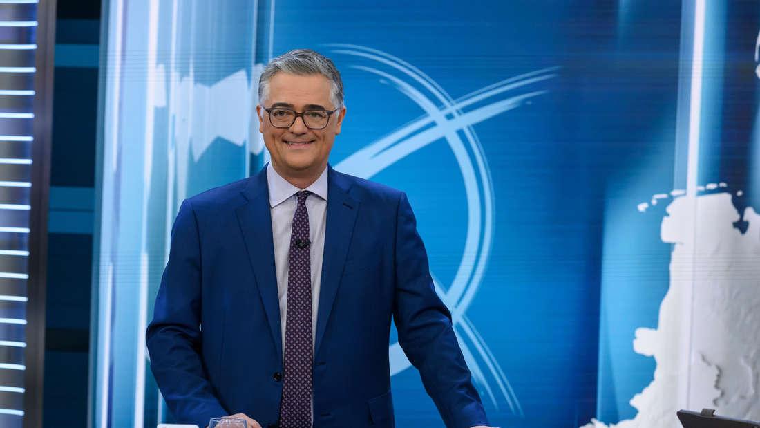 Matthias Fornoff steht während der Wahl in Hamburg im TV-Studio.