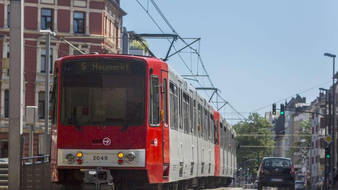 Eine Straßenbahn Linie 5 der Kölner Verkehrs Betriebe AG KVB AG an der Subbelrather Straße in Köln.
