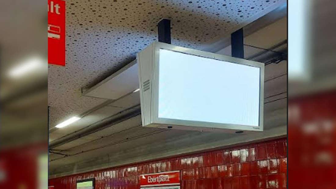 Eine Fahrgastinformationsanzeiger ohne Inhalt an der KVB Haltestelle Ebertplatz in Köln.
