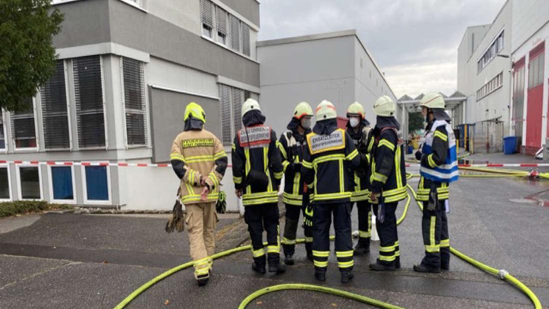Feuerwehrkräfte beim Einsatz im Coca-Cola Werk in Köln.