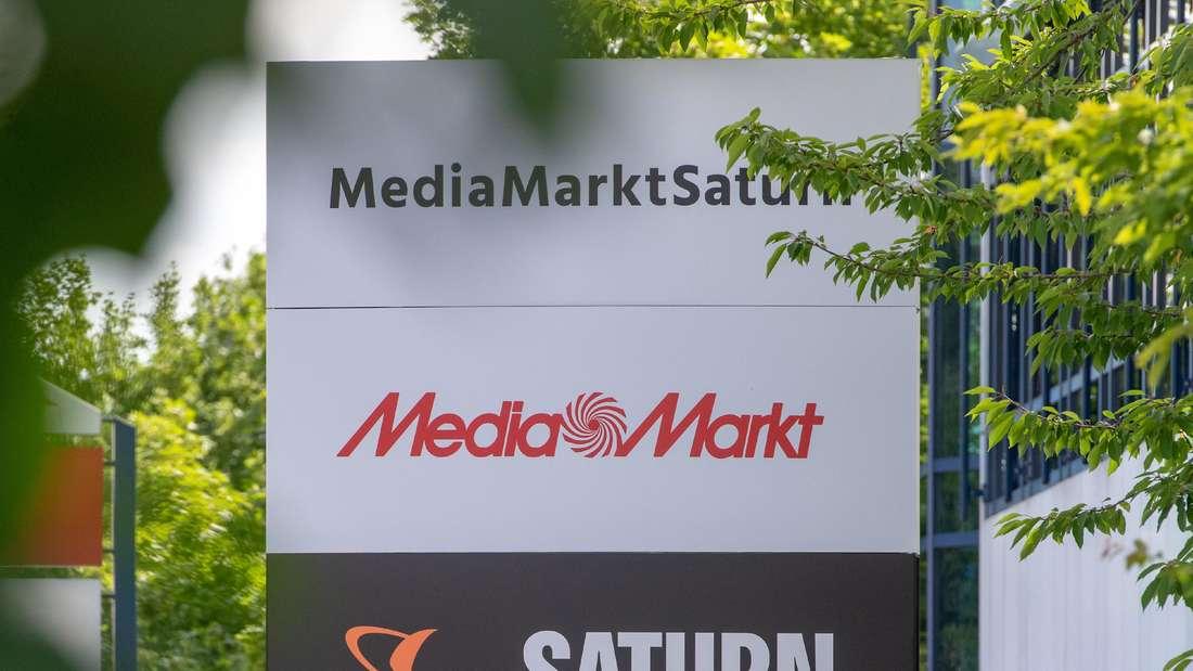 Ein Schild mit den Logos von Media Markt und Saturn.