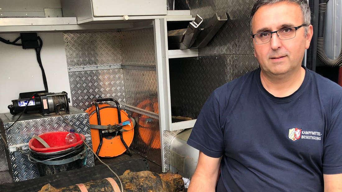 Das Bild zeigt Michael Daenecke vom Kampfmittelbeseitigungsdienst der Bezirksregierung Düsseldorf mit der entschärften Bombe in Köln-Porz.