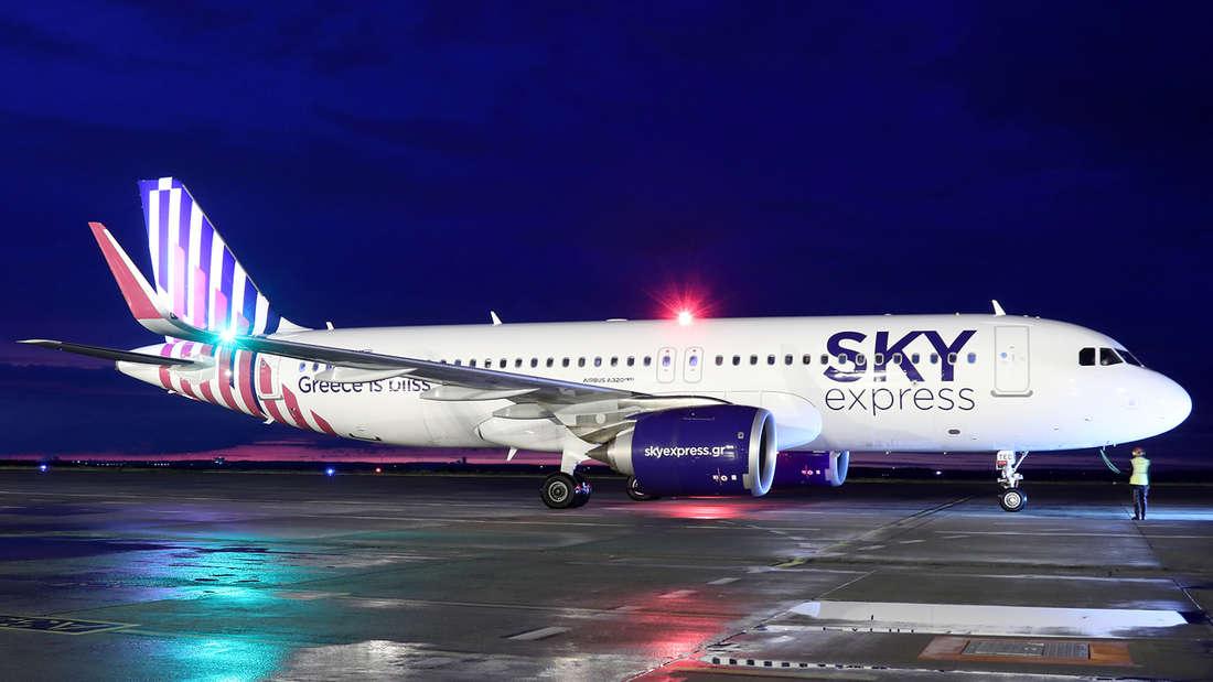 Ein Flugzeug von Sky Express auf einer Rollbahn.