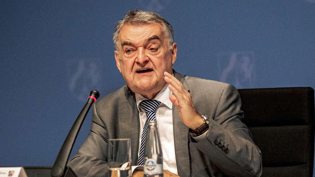 Herbert Reul (CDU), Innenminister von Nordrhein-Westfalen, beantwortet Fragen.