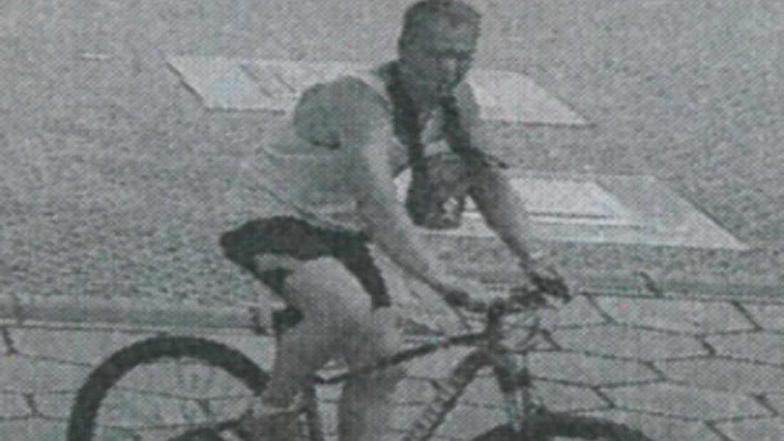 Tatverdächtiger auf einem Rad.