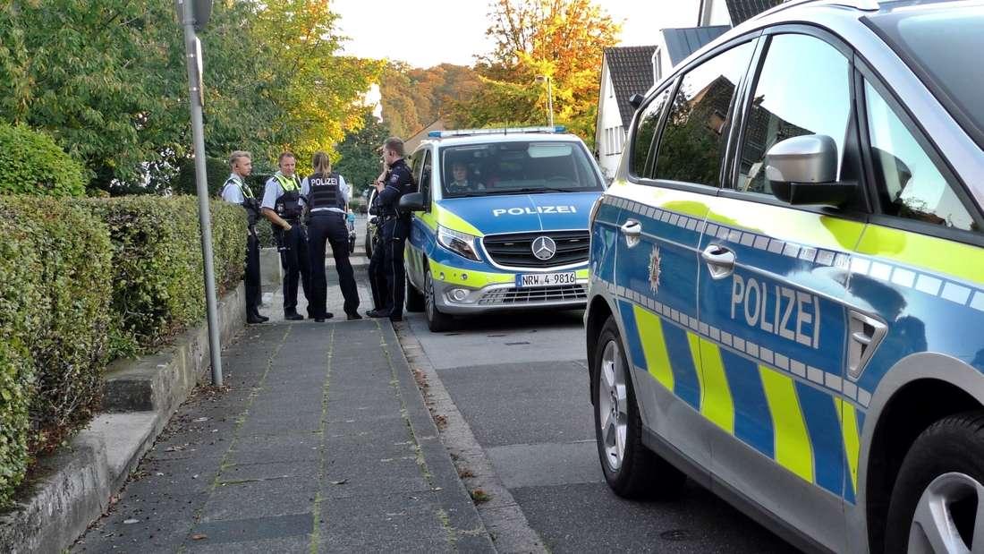 Einsatzkräfte der Polizei sind im Einsatz. In der Nähe des Privathauses von Nordrhein-Westfalens Innenminister Reul.