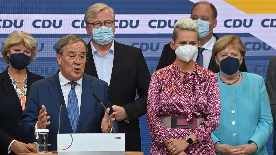 Silvia Breher unter anderem mit Armin Laschet und Angela Merkel auf einer Bühne