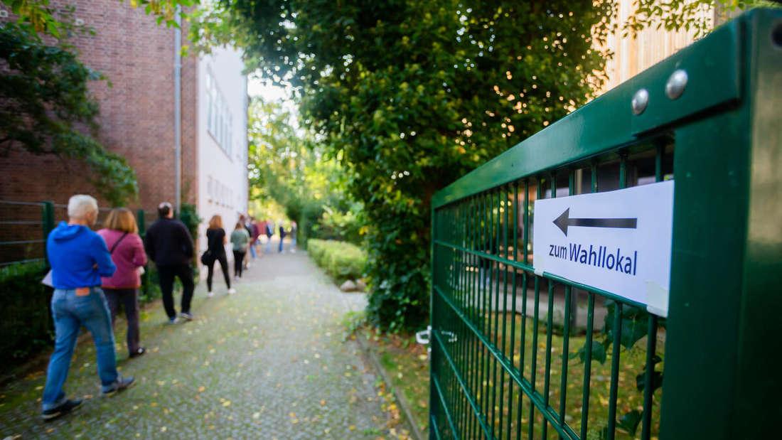 Wähler stehen für die Wahl zum Bundestag beziehungsweise für das Berliner Abgeordnetenhaus an einem Wahllokal in Berlin-Schmargendorf Schlange.