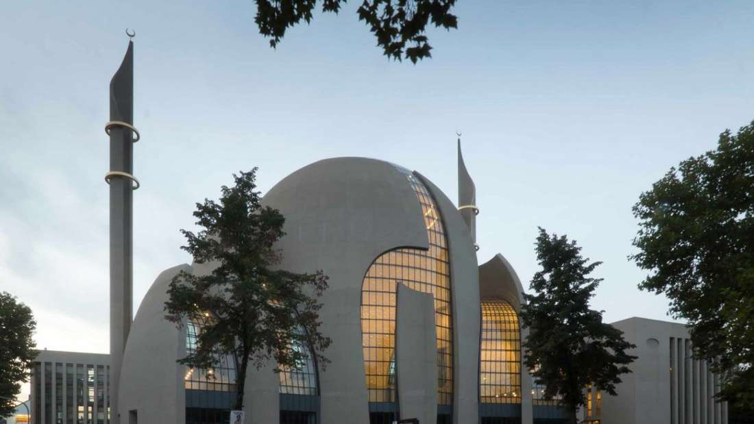 Außenansicht der Ditib Zentralmoschee mit zwei Minartetten in Köln Ehrenfeld.
